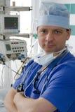 Medico in ICU fotografie stock libere da diritti