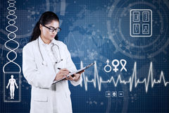 Medico indiano con fondo medico Immagine Stock