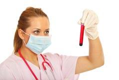 Medico in laboratorio con il tubo dell'analisi del sangue fotografia stock libera da diritti