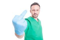 Medico maleducato ed arrabbiato che mostra dito medio Fotografia Stock