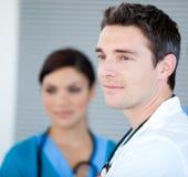Medico maschio carismatico che esamina la finestra immagine stock libera da diritti