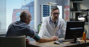 Medico maschio che controlla pressione sanguigna stock footage