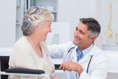 Medico maschio che esamina paziente femminile Immagini Stock