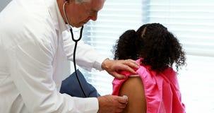 Medico maschio che esamina un paziente video d archivio
