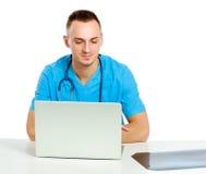 Medico maschio che lavora nel luogo di lavoro, isolato sopra fotografia stock