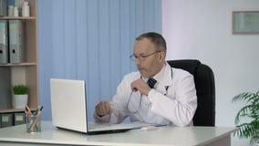 Medico maschio che rende familiare alle innovazioni ed alle scoperte nella medicina online archivi video