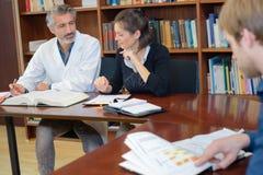 Medico maschio che studia nella biblioteca medica Fotografia Stock Libera da Diritti
