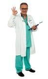 Medico maschio con il gesto eccellente Fotografia Stock Libera da Diritti