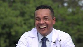 Medico maschio ispano felice stock footage