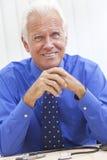 Medico maschio maggiore sorridente fotografia stock