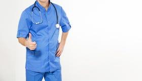 Medico maschio nella manifestazione blu del cappotto come il segno isolato sull'immagine potata bianco- Concetto di sanit?, di pr immagini stock
