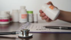Medico maschio passa la prescrizione del rx di scrittura stock footage