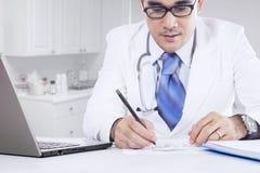 Medico maschio scrive la ricetta della medicina Immagini Stock Libere da Diritti
