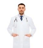Medico maschio serio con lo stetoscopio Fotografia Stock
