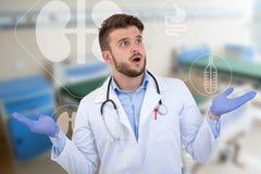 Medico maschio sorpreso che posa in un'uniforme bianca con le illustrazioni mediche immagini stock libere da diritti