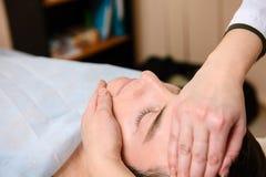 Medico massaggia il fronte al paziente fotografie stock libere da diritti
