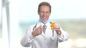 Medico maturo bello con medicina stock footage