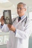 Medico Medio Evo in cappotto del laboratorio con i raggi X fotografie stock