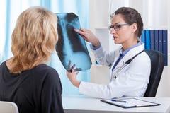 Medico mostra l'esame radiografico del torace fotografia stock libera da diritti