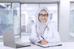 Medico musulmano che sorride alla macchina fotografica Fotografie Stock Libere da Diritti