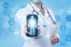 Medico nel telefono cellulare app fotografia stock libera da diritti