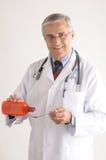 Medico nella medicina di versamento di Labcoat dalla bottiglia Fotografia Stock Libera da Diritti
