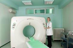 Medico nella stanza dello scanner di CT (CAT) Immagini Stock Libere da Diritti