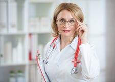 Medico o donna serio di pharmaceutist in vetri Immagini Stock
