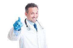 Medico o erba medica che vi sceglie indicando dito la macchina fotografica Immagine Stock