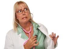 Medico o infermiera femminile attraente che controlla cuore Fotografia Stock