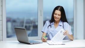 Medico o infermiere con scrittura del pc del computer portatile video d archivio