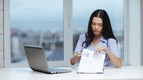 Medico o infermiere con scrittura del pc del computer portatile archivi video