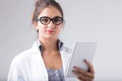 Medico o infermiere dedicato che tiene una compressa Fotografia Stock Libera da Diritti