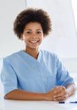 Medico o infermiere felice con la lavagna per appunti all'ospedale Immagine Stock Libera da Diritti