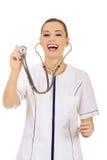 Medico o infermiere femminile di sorriso che per mezzo dello stetoscopio Fotografie Stock