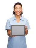 Medico o infermiere femminile sorridente con il pc della compressa Immagine Stock Libera da Diritti