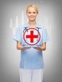Medico o infermiere femminile sorridente con il pc della compressa Fotografie Stock Libere da Diritti