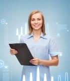 Medico o infermiere femminile sorridente con la lavagna per appunti Fotografia Stock