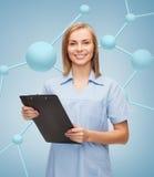 Medico o infermiere femminile sorridente con la lavagna per appunti Immagini Stock Libere da Diritti