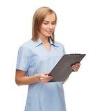 Medico o infermiere femminile sorridente con la lavagna per appunti Fotografie Stock