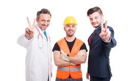 Medico o l'erba medica e l'uomo d'affari che mostrano la pace gesture fotografia stock libera da diritti