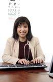 Medico o optometrista allo scrittorio fotografia stock libera da diritti