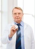 Medico o professore calmo con lo stetoscopio Fotografie Stock Libere da Diritti