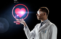 Medico o scienziato con la proiezione di frequenza cardiaca Fotografia Stock
