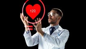 Medico o scienziato con la proiezione di frequenza cardiaca Immagini Stock Libere da Diritti