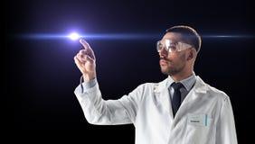 Medico o scienziato in occhiali di protezione con il raggio del laser Immagine Stock Libera da Diritti