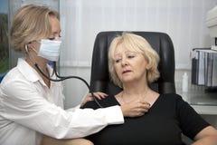 Medico, paziente d'esame fotografia stock
