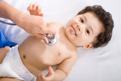 Medico pediatrico che controlla bambino Fotografia Stock Libera da Diritti