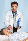 Medico preoccupantesi che aiuta paziente immagine stock
