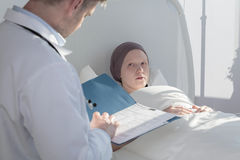 Medico preoccupantesi che analizza i risultati medici Fotografia Stock
